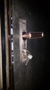 фото - установка замка на дверь